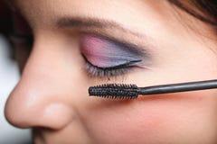 Maquillage. Application du mascara. Longs cils images libres de droits