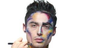 Maquillage artistique, main avec la brosse clips vidéos