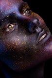 Maquillage au néon rougeoyant avec le regard dramatique dans ses yeux Images stock