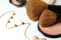Maquillage, base et brosses Images stock