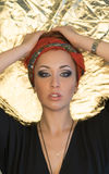 Maquillage Belle femme, dame élégante, style original, fond d'or Brune avec le bandeau rouge Photographie stock libre de droits