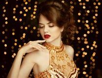 Maquillage Belle jeune femme dans la robe d'or de mode magnifique photos libres de droits