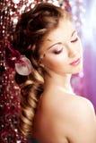 Maquillage, coiffure Jeune belle femme avec les cheveux luxueux MOIS photographie stock libre de droits