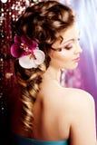 Maquillage, coiffure Jeune belle femme avec les cheveux luxueux MOIS Images stock