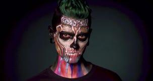 Maquillage coloré par visage de la mort pour Halloween banque de vidéos
