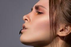 Maquillage créatif avec la baisse noire sur le profil de lèvres Photographie stock libre de droits