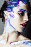 Maquillage créatif d'art d'une jeune fille avec des yeux bleus photo stock