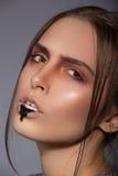 Maquillage créatif de beauté avec du pain noir sur des lèvres Images libres de droits