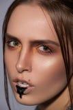 Maquillage créatif de beauté avec la goutte noire sur des lèvres Images libres de droits
