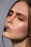 Maquillage créatif de beauté avec le drib noir sur des lèvres Photographie stock