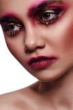 Maquillage créatif rose sur le visage de femme de beauté Image libre de droits