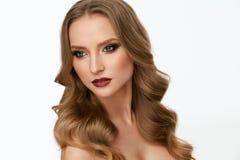 Maquillage de beauté Jeune femme avec le beau visage et la coiffure photographie stock