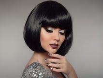 Maquillage de beauté, ongles polonais Manicured argentés Coiffure de Bob FLB image libre de droits