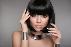 Maquillage de beauté, ongles polonais Manicured argentés Coiffure de Bob FLB photo stock