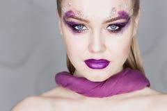 Maquillage de beauté Maquillage pourpre et clous lumineux colorés belle verticale de fille proche vers le haut photo stock