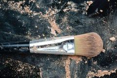 maquillage de brosse et poudre de fard à joues photo libre de droits