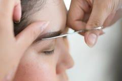 Maquillage de ciseaux de sourcil utilisé par maquilleur Image libre de droits