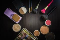 Maquillage de cosmétiques de vue supérieure placé sur une table en bois Images stock