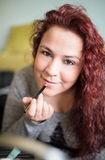 Maquillage de femme à la maison Photo libre de droits