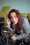Maquillage de femme à la maison Images libres de droits
