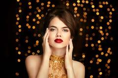 Maquillage de fille de beauté façonnez le bijou Dame élégante dans la robe d'or Images stock