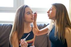 Maquillage de meilleurs amis de filles d'adolescent Photos libres de droits