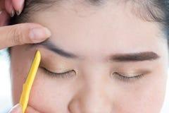 Maquillage de rasoir de sourcil utilisé par maquilleur Photo stock
