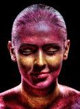 Maquillage de scintillement sur un beau visage de femme sur un fond noir photo stock