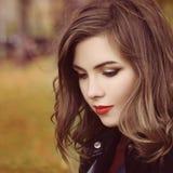 Maquillage de witn d'Autumn Woman et coiffure bouclée Photographie stock