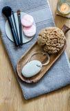 Maquillage frais, éponge naturelle avec la bougie de zen pour le massage de beauté Photos libres de droits