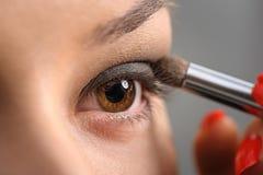 Maquillage fumeux d'oeil de Brown photos stock