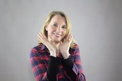 Maquillage léger de port de sourire de femelle blonde Images stock