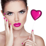 Maquillage lumineux. Portrait de beauté. Belle femme touchant son fa Photo stock