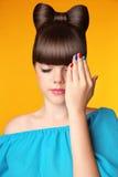 Maquillage manucure coiffure Belle fille de l'adolescence avec les cheveux s d'arc Photo stock