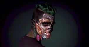 Maquillage mystique et cheveux de monstre pour Halloween clips vidéos