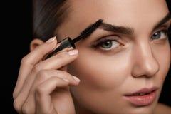 Maquillage parfait pour la belle femme Entretenir de front des sourcils photos libres de droits
