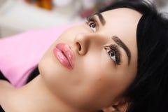 Maquillage permanent sur ses lèvres photographie stock libre de droits