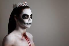 Maquillage pour Halloween fond gris, d'isolement art de corps peu commun Photographie stock