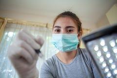 Maquillage professionnel s'appliquant sur le sourcil images libres de droits