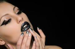 Maquillage professionnel sur le visage de la jeune femme image libre de droits