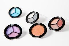 Maquillage réglé à beaucoup de nuances sur le fond blanc images stock