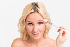 Maquillage sur le visage de la jeune mariée Photos libres de droits