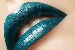 Maquillage vert de lèvre de lustre de charme Tir de beauté de maquillage de mode Les pleines lèvres sexy en gros plan avec célèbr Image stock