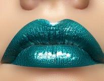 Maquillage vert de lèvre de lustre de charme Tir de beauté de maquillage de mode Les pleines lèvres sexy en gros plan avec célèbr Photos libres de droits