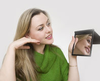 Maquillaje antes de un espejo Imágenes de archivo libres de regalías