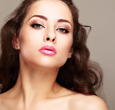 Maquillaje brillante atractivo de la mujer con los latigazos largos foto de archivo libre de regalías