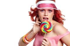 Maquillaje brillante Retrato de la muchacha de la belleza que sostiene la piruleta colorida Fotografía de archivo