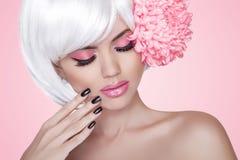 Maquillaje. Clavos Manicured. Retrato de Girl del modelo de la belleza de la moda con Imagen de archivo libre de regalías