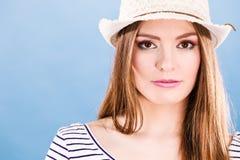 Maquillaje colorido de los ojos de la cara de la mujer, sonrisa del sombrero de paja del verano Fotos de archivo