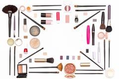 Maquillaje cosmético: sombra de ojos, cepillos, rimel, polvo y otros accesorios para las mujeres Imágenes de archivo libres de regalías